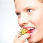 תותים וחלב במקום כדור: 8 מזונות שמשככים כאב